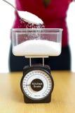 Açúcar na escala da cozinha Fotografia de Stock
