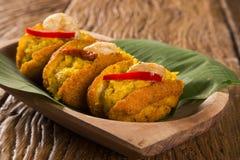 Acaraje - traditionelle brasilianische Stückchen gemacht mit den schwarz-äugigen Erbsen gefüllt mit vatapa, caruru, Tomatesalat u Lizenzfreies Stockfoto