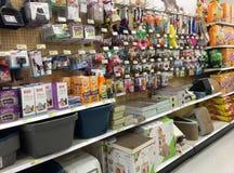 Acaricie los productos en los estantes para la venta en el colmado Imagen de archivo