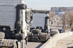 Acarrea los tractores sin los remolques abajo del puente en el s Foto de archivo