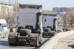 Acarrea los tractores sin los remolques abajo del puente en el s Foto de archivo libre de regalías