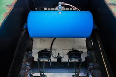 Acarree el tanque del freno neumático, los tanques del aire para los camiones resistentes y los remolques Foto de archivo libre de regalías