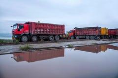 Acarree la construcción en el sitio del emplazamiento de la obra de la reflexión del camión Fotografía de archivo libre de regalías