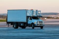 Acarree la entrega de la comida al aeroplano en el aeropuerto Fotos de archivo