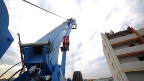 Acarree la grúa, grúa de construcción en un emplazamiento de la obra cerca de la casa metrajes