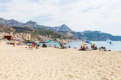 Acationers en la playa urbana en la ciudad de Giardini Naxos Imágenes de archivo libres de regalías