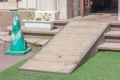 Accès en rampe en bois, utilisant la rampe de fauteuil roulant pour des handicapés photographie stock