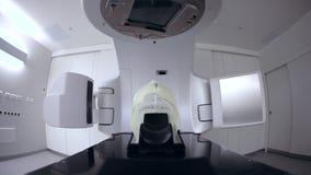 Accélérateur linéaire médical avancé en oncologie thérapeutique pour soigner des patients avec le cancer clips vidéos
