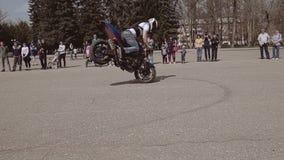 Accélération très forte du motocycliste et un fort arrêt avec un ascenseur sur la roue plan Mototryuki frais même banque de vidéos