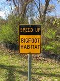 Accélérez le signe d'habitat de Bigfoot Images libres de droits