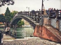 Accademia-Brücke ` Ponte-engen Tals Stockfotografie