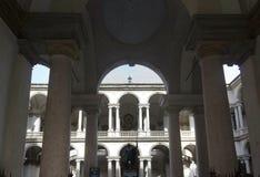 Accademia Di Brera binnenplaats in Milaan Stock Afbeeldingen