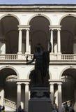 Accademia di Brera borggård i Milan, med Napoleon Statue arkivbild