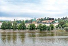 Accademia di Straca dalla riva del fiume di Moldava, Praga, repubblica Ceca Immagini Stock Libere da Diritti