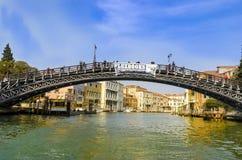` Accademia Ponte-engen Tals in Venedig von den Motorbooten auf Canal Grande Lizenzfreies Stockbild