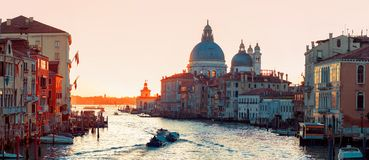 Accademia ` s桥梁日落  意大利威尼斯 大运河的全景 库存照片