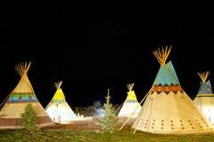 Accampandosi al primo tepee di nazione dell'americano alla notte sotto le stelle Fotografia Stock