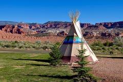 Accampandosi al primo tepee di nazione nei selvaggi West americani Immagini Stock