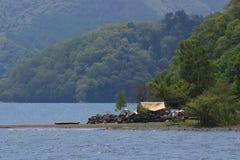 Accampandosi alla riva del lago Fotografie Stock