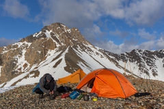 Accampandosi in alte montagne Fotografia Stock Libera da Diritti