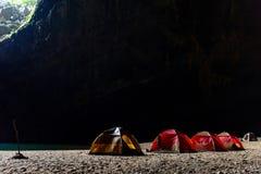 Accampandosi in caverna dell'en Fotografia Stock Libera da Diritti