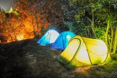 Accampandosi con la tenda Fotografia Stock Libera da Diritti