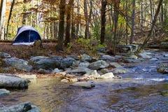 Accampandosi da Mountain Stream immagine stock