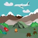 Accampandosi dalle montagne con fuoco di accampamento e la tenda Immagini Stock Libere da Diritti