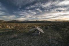 Accampandosi nel deserto Fotografie Stock Libere da Diritti