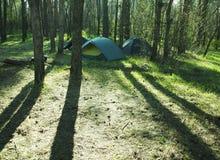 Accampandosi nella foresta Immagini Stock Libere da Diritti