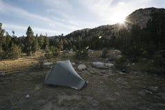 Accampandosi nella sierra Nevada Mountains Fotografia Stock