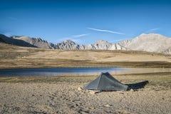 Accampandosi nella sierra Nevada Mountains Immagine Stock Libera da Diritti