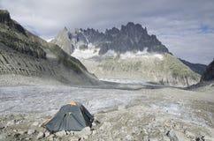 Accampandosi nelle alpi francesi Fotografia Stock
