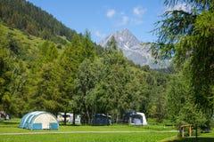 Accampandosi nelle alpi svizzere Fotografia Stock