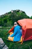 Accampandosi nelle montagne fotografia stock