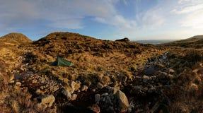 Accampandosi nelle montagne di Bluestack nel Donegal Irlanda Immagini Stock Libere da Diritti