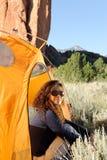 Accampandosi nelle montagne rocciose Fotografie Stock