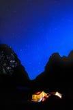 Accampandosi sotto le stelle Fotografia Stock
