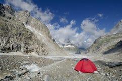 Accampandosi sul ghiacciaio di Leschaux nelle alpi francesi Fotografia Stock Libera da Diritti