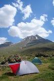 Accampandosi sul lato della montagna Immagini Stock