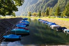 Accampandosi sulla riva del lago Klontalersee del montain Barche sopra Fotografia Stock