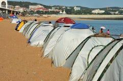 Accampandosi sulla spiaggia Fotografia Stock Libera da Diritti