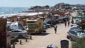 Accampandosi sulla spiaggia in Vama Veche stock footage