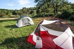 Accampandosi in tenda dal fiume di Morava vicino a Mohelnice, la repubblica Ceca Immagine Stock