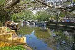 Accanto ai canali navigabili ed al canale in vecchio Alleppey Fotografia Stock