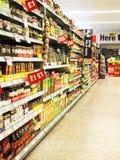 Scaffali del supermercato con i segni di sconto Immagine Stock