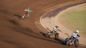 Accantonare dei cavalieri della gara motociclistica su pista immagini stock