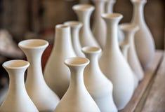 Accantoni con le stoviglie ceramiche Fotografia Stock Libera da Diritti