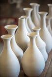 Accantoni con le stoviglie ceramiche Fotografie Stock Libere da Diritti