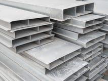 Accatasti il canale d'acciaio per costruzione di una casa ad un sito all'aperto Travi di acciaio per il tetto Tubi di profilo fotografia stock libera da diritti